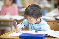 授業をうける小学生の男の子