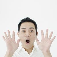 両手を広げる日本人男性
