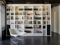 大きな本棚のある部屋
