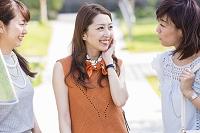 地図を見て話す日本人女性