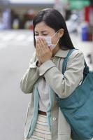 マスクをした風邪ぎみの日本人女性