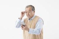 老眼イメージ(シニアの日本人男性)