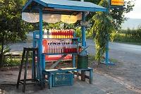 ミャンマー 瓶に入れて売られるガソリン