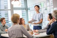 会議をするビジネス女性たち