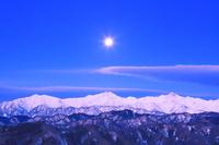 長野県 小川村 アルプス展望広場から望む黎明の仁科三山と月