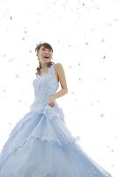 舞う花びらと水色のウエディングドレス姿の日本人女性