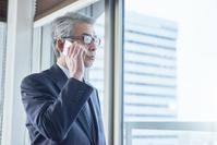 電話をかけるシニアの日本人ビジネスマン