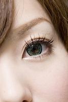 カラーコンタクトをした女性の目もと