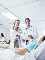 病室で患者を検査する医師
