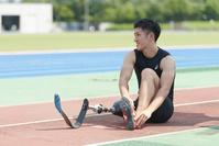 スパイクシューズを履く義足陸上競技選手