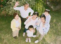 庭に集まる日本人の三世代家族