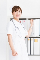 資料を取る看護師