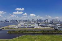 豊洲市場と晴海方面のビル群と青空