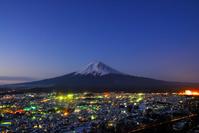山梨県 未明に輝く町と富士