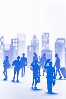 ビル群と人々のペーパークラフトのシルエット