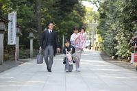 神社の参道を歩く七五三をむかえた日本人家族