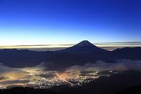 山梨県 櫛形山林道 未明の富士山と甲府盆地の街明かり