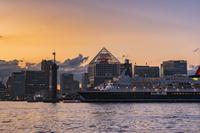 晴海埠頭に停泊する客船にっぽん丸 夕景