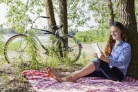 ピクニックをする外国人の女の子