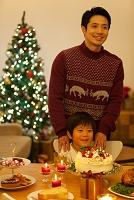 クリスマスパーティーを楽しむ日本人親子