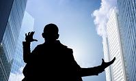 高層ビルと男性シルエット