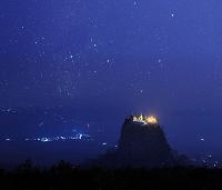 ミャンマー ポッパ山 タウン・カラッ(岩山) 星空