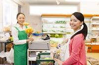 お会計をする買い物客と日本人女性店員