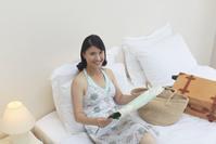 旅行先の南国のホテルで地図を見る日本人女性