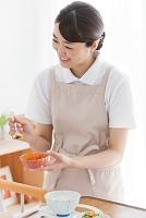 食事介助をする女性とシニア女性