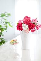 花瓶のバラとマカロン