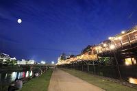 京都府 照明灯る鴨川納涼床と四条大橋