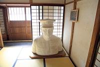 新潟県 山本五十六の生家内部 胸像
