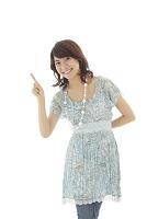 指をさす若い日本人女性