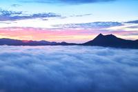北海道 朝焼けの霧の摩周湖