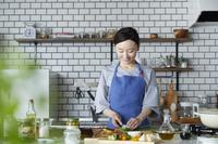 料理をする日本人女性