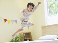 ジャンプする日本人の男の子