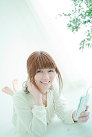 スマートフォンで音楽を聞く日本人女性