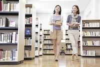 図書室を歩く女子大学生