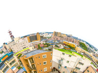 湾曲する市街地俯瞰