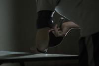 卓球をする男性