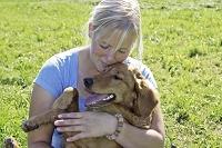 犬を抱く若い外国人女性