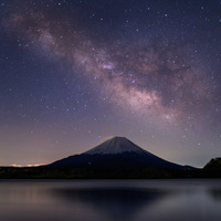 山梨県 星空の精進湖と富士山