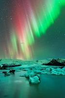 アイスランド ヴァトナヨークトル氷河のオーロラ