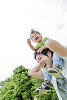 公園で父親に肩車をしてもらう息子
