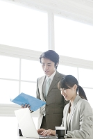 ノートパソコンを見る日本人ビジネスパーソン