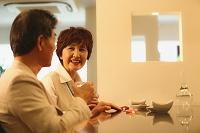 晩酌する日本人シニア夫婦 和食
