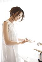 手を洗う日本人女性
