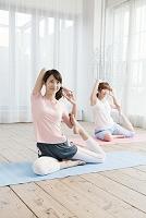 ヨガをする日本人女性達