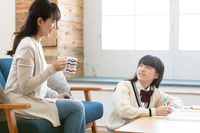 勉強をする娘と母親