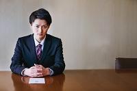 退職願を出す日本人ビジネスマン